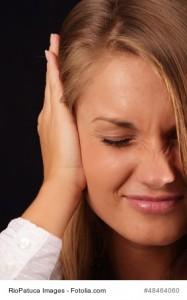 Frau unter Stress mit Haenden an den Ohren